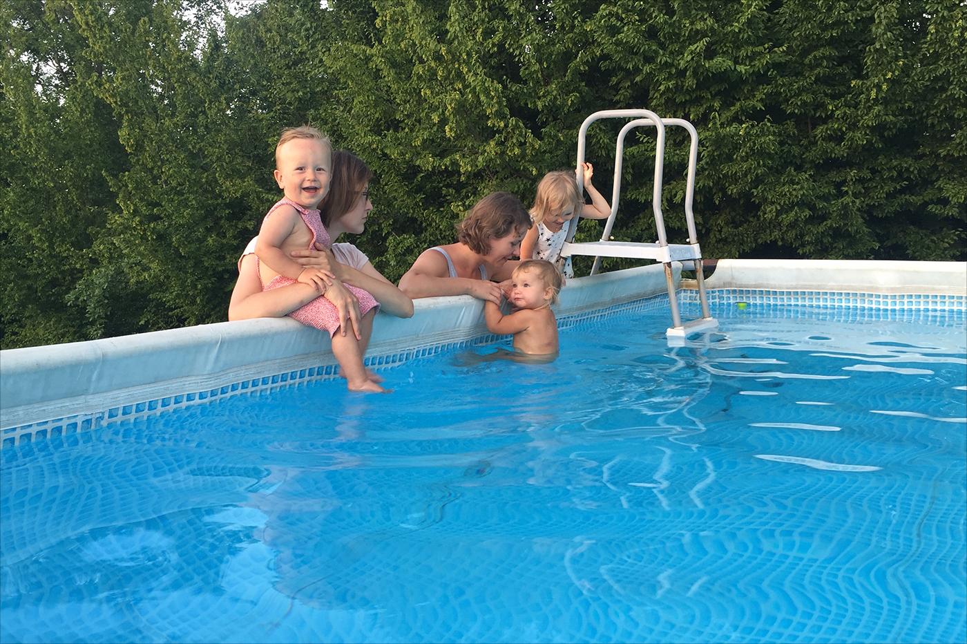 Нудисты в бассейне фото 29